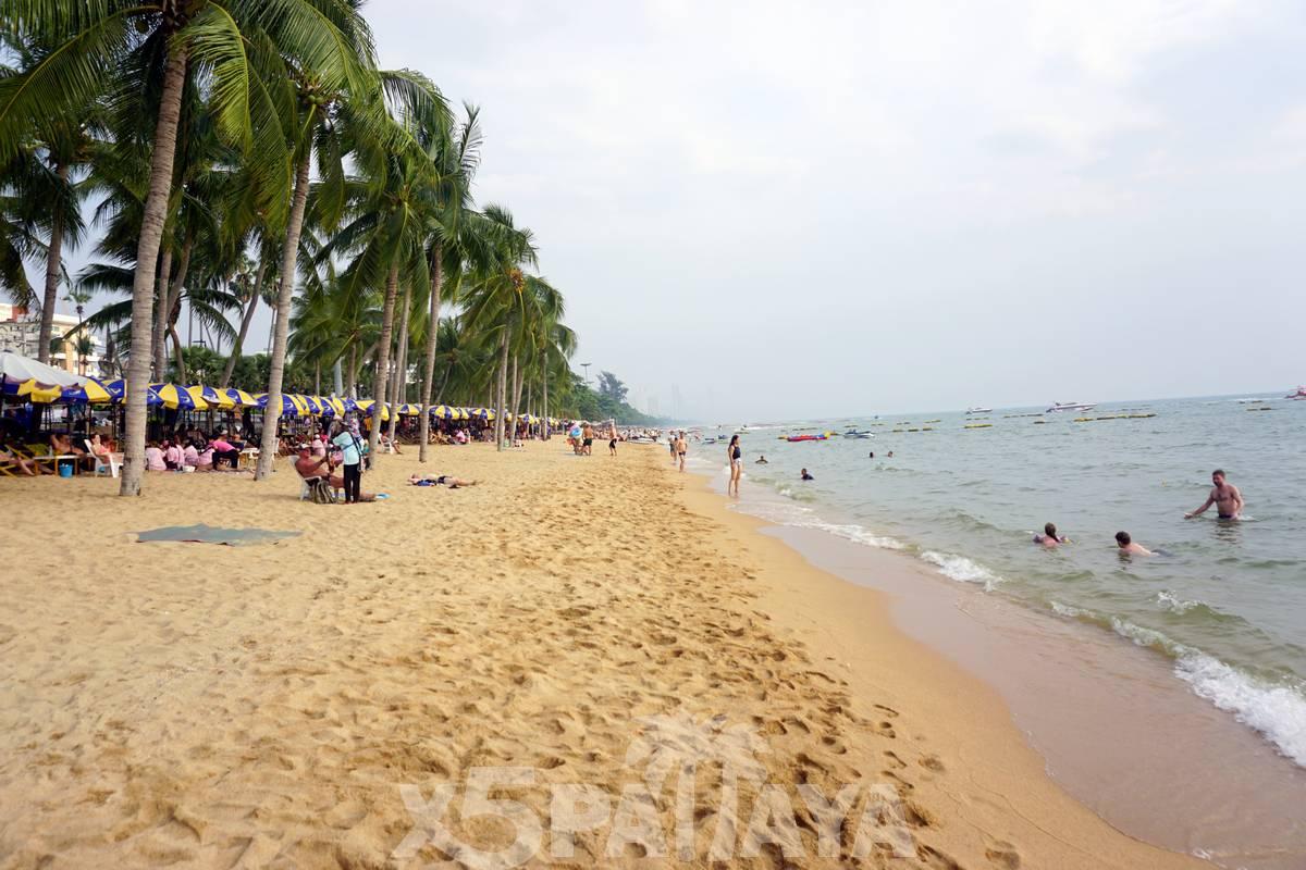 Природный вид пляжа Джомтьен