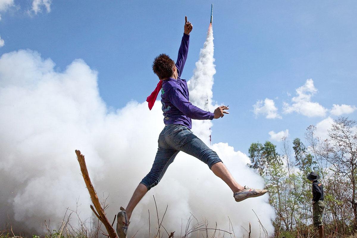 фото прыгающего мальчика