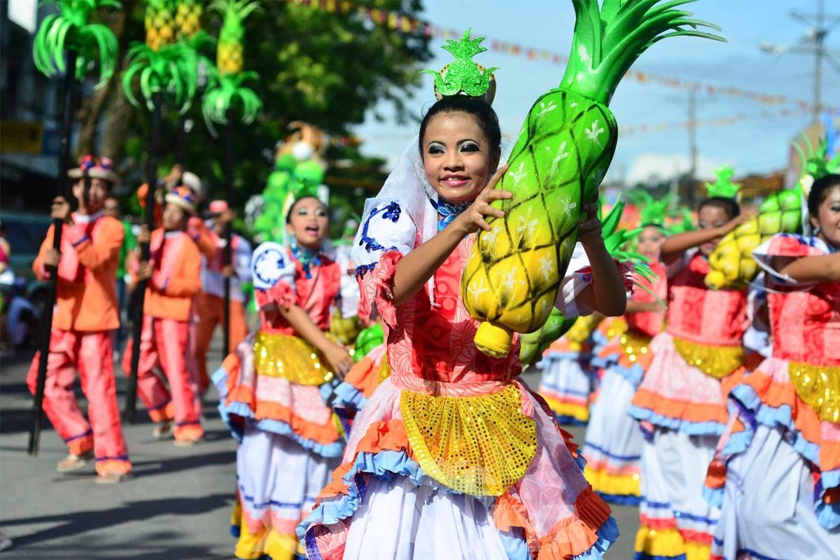 фото девушки с ананасом